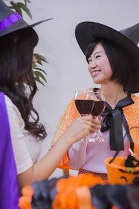 ハロウィンパーティーをする女性たちの写真素材 [FYI04260550]