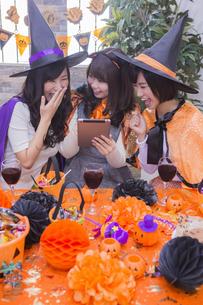 ハロウィンパーティーをする女性たちの写真素材 [FYI04260554]
