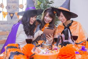 ハロウィンパーティーをする女性たちの写真素材 [FYI04260557]