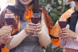 ハロウィンパーティーをする女性たちの写真素材 [FYI04260558]