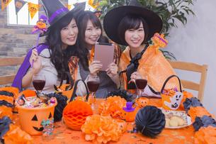 ハロウィンパーティーをする女性たちの写真素材 [FYI04260559]