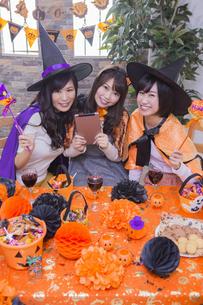 ハロウィンパーティーをする女性たちの写真素材 [FYI04260563]