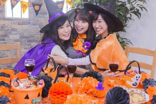 ハロウィンパーティーをする女性たちの写真素材 [FYI04260569]