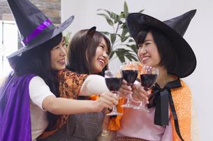 ハロウィンパーティーをする女性たちの写真素材 [FYI04260571]