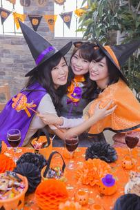 ハロウィンパーティーをする女性たちの写真素材 [FYI04260572]