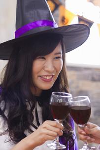 ハロウィンパーティーをする女性たちの写真素材 [FYI04260575]