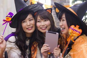 ハロウィンパーティーをする女性たちの写真素材 [FYI04260581]