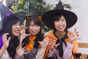 ハロウィンパーティーをする女性たちの写真素材 [FYI04260583]