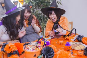 ハロウィンパーティーをする女性たちの写真素材 [FYI04260595]