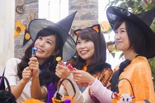 ハロウィンパーティーをする女性たちの写真素材 [FYI04260604]