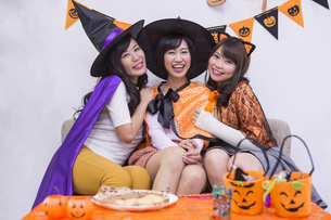 ハロウィンパーティーをする女性たちの写真素材 [FYI04260618]