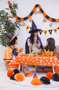 ハロウィンパーティーをする女性たちの写真素材 [FYI04260622]