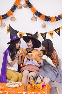 ハロウィンパーティーをする女性たちの写真素材 [FYI04260623]