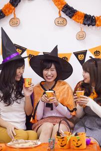 ハロウィンパーティーをする女性たちの写真素材 [FYI04260627]