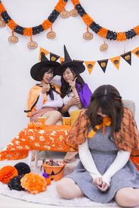 ハロウィンパーティーをする女性たちの写真素材 [FYI04260634]