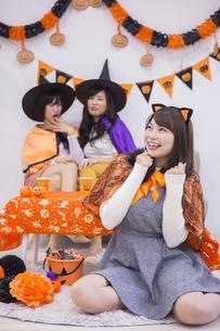 ハロウィンパーティーをする女性たちの写真素材 [FYI04260636]