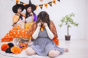 ハロウィンパーティーをする女性たちの写真素材 [FYI04260639]