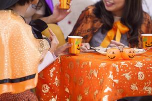 ハロウィンパーティーをする女性たちの写真素材 [FYI04260640]