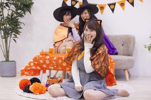 ハロウィンパーティーをする女性たちの写真素材 [FYI04260659]