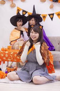 ハロウィンパーティーをする女性たちの写真素材 [FYI04260660]