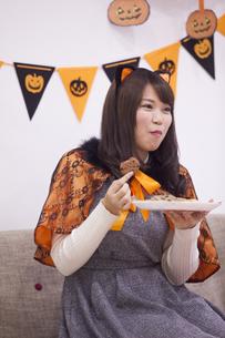ハロウィンパーティーをする女性の写真素材 [FYI04260681]