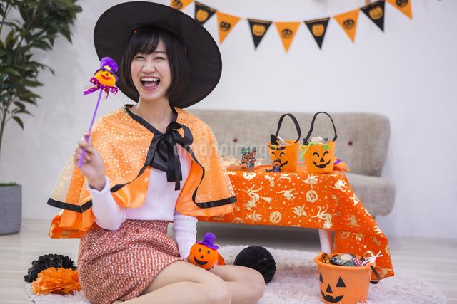 ハロウィンパーティーをする女性の写真素材 [FYI04260685]