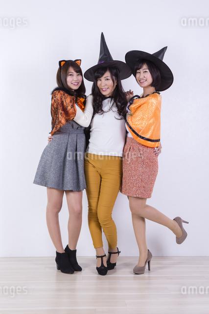 ハロウィンのコスチュームを着る女性たちの写真素材 [FYI04260701]