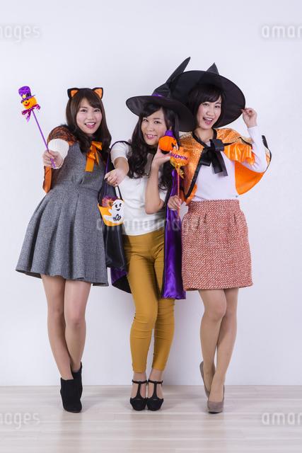 ハロウィンのコスチュームを着る女性たちの写真素材 [FYI04260703]