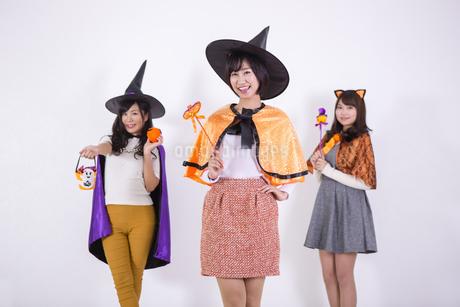 ハロウィンのコスチュームを着る女性たちの写真素材 [FYI04260704]