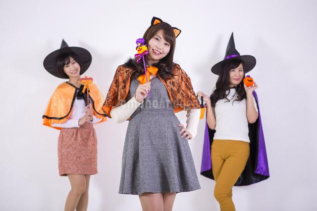 ハロウィンのコスチュームを着る女性たちの写真素材 [FYI04260705]