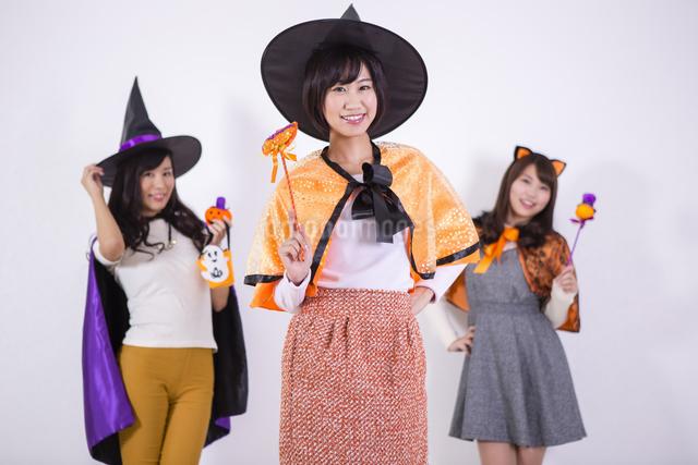 ハロウィンのコスチュームを着る女性たちの写真素材 [FYI04260706]