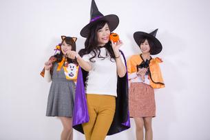 ハロウィンのコスチュームを着る女性たちの写真素材 [FYI04260707]