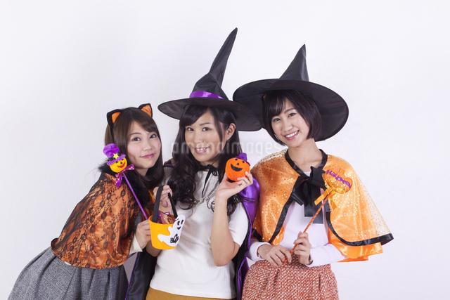 ハロウィンのコスチュームを着る女性たちの写真素材 [FYI04260712]