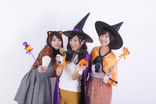 ハロウィンのコスチュームを着る女性たちの写真素材 [FYI04260713]