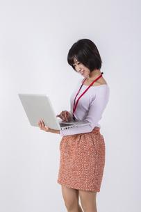 立ってパソコンをする女性の写真素材 [FYI04260739]