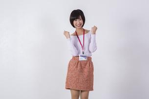 社員証をつけた女性の写真素材 [FYI04260747]