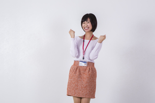 社員証をつけた女性の写真素材 [FYI04260748]