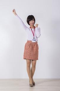 社員証をつけた女性の写真素材 [FYI04260749]