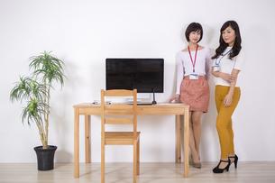 社員証をつけた女性たちのイラスト素材 [FYI04260763]