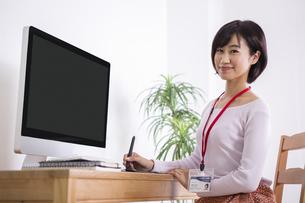 机でパソコンをする女性のイラスト素材 [FYI04260767]