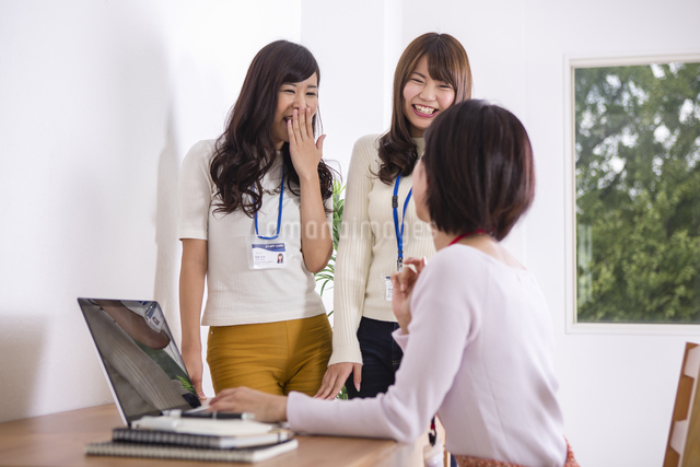 部屋でパソコンをする女性たちのイラスト素材 [FYI04260773]