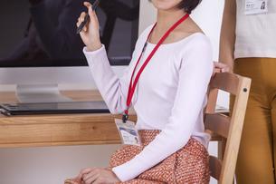 机でパソコンをする女性のイラスト素材 [FYI04260774]