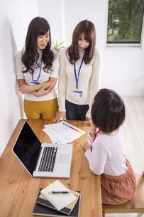 部屋でパソコンをする女性たちのイラスト素材 [FYI04260788]