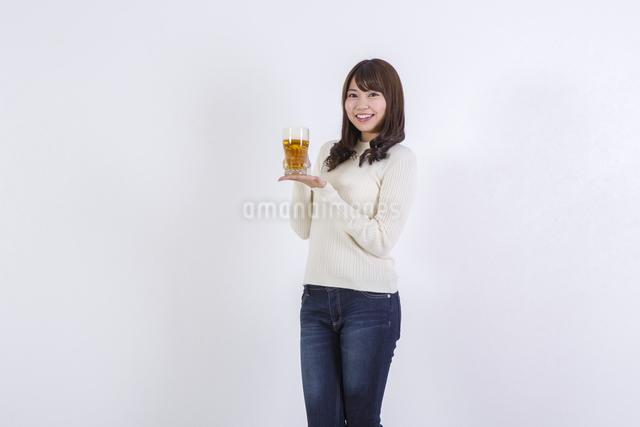 ビールを飲む女性の写真素材 [FYI04260799]