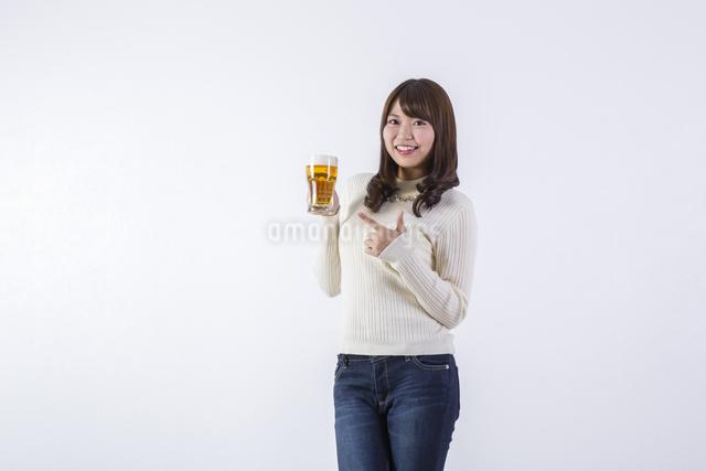 ビールを飲む女性の写真素材 [FYI04260800]