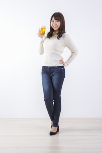 ビールを飲む女性の写真素材 [FYI04260801]