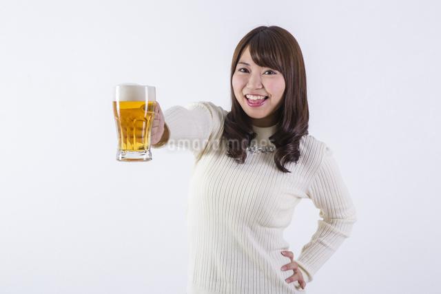 ビールを飲む女性の写真素材 [FYI04260802]