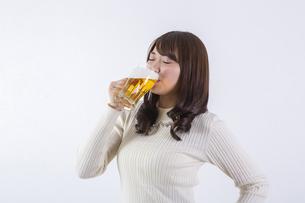 ビールを飲む女性の写真素材 [FYI04260803]