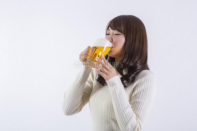 ビールを飲む女性の写真素材 [FYI04260804]