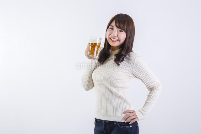 ビールを飲む女性の写真素材 [FYI04260805]